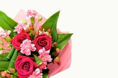 Bello mazzo delle rose e dei garofani. Fotografie Stock