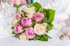 Bello mazzo delle rose gialle e rosa sulla tavola decorata fotografia stock libera da diritti