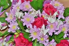 Bello mazzo delle rose rosa, dei crisantemi e del alstro bianco Immagine Stock