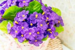 Bello mazzo delle viole lilla artificiali immagini stock libere da diritti