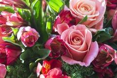Bello mazzo di alstroemeria e rosa Immagini Stock
