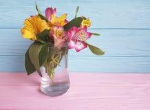 Bello mazzo di alstroemeria su un vaso di legno Immagini Stock