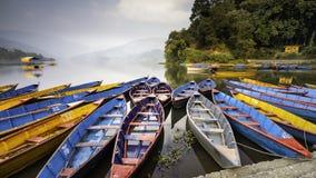 Bello mazzo di barche del Nepal fotografia stock