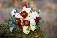 Bello mazzo di inverno dell'abete rosso, delle rose e del cotone Il mazzo del ` s della sposa fotografia stock libera da diritti
