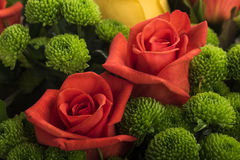 Bello mazzo di molti fiori variopinti con le rose sulla cima Immagini Stock