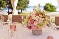 Bello mazzo di nozze con i fiori bianchi con le rose e l'oro Immagine Stock