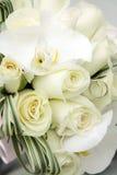 Bello mazzo di nozze delle rose ed orchidee e due fedi nuziali del platino e dell'oro Immagine Stock Libera da Diritti