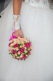 Bello mazzo di nozze in mani della sposa Immagini Stock Libere da Diritti