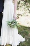 Bello mazzo di nozze in mani della sposa Fotografie Stock