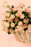 Bello mazzo di rose beige in un cestino Fotografie Stock Libere da Diritti