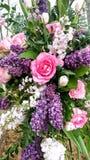 Bello mazzo floreale, rose & porpore fotografie stock