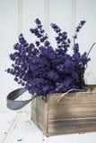 Bello mazzo fragrante della lavanda nella regolazione disegnata domestica rustica Fotografia Stock