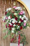 Bello mazzo luminoso in un vaso, decorazione delle feste Fotografie Stock Libere da Diritti