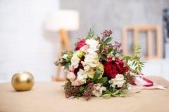 Bello mazzo moderno di nozze sulla tavola Contro la parete grigia Fotografie Stock Libere da Diritti