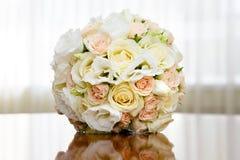 Bello mazzo nuziale delle rose alla festa nuziale Fotografia Stock