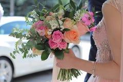 Bello mazzo nuziale in mani della sposa Mazzo di nozze delle rose da David Austin, acqua della pesca della rosa di rosa della uni immagini stock libere da diritti