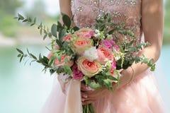 Bello mazzo nuziale in mani della sposa Mazzo di nozze delle rose da David Austin, acqua della pesca della rosa di rosa della uni Fotografie Stock
