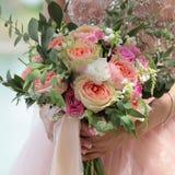 Bello mazzo nuziale in mani della sposa Il mazzo di nozze delle rose della pesca da David Austin, rosa della unico testa è aument fotografia stock libera da diritti