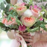 Bello mazzo nuziale in mani della sposa Il mazzo di nozze delle rose della pesca da David Austin, rosa della unico testa è aument fotografia stock