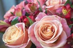Bello mazzo rosa del fiore delle rose e dei alstroemerias Immagini Stock Libere da Diritti