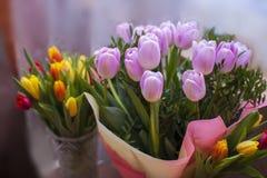 Bello mazzo rosa e giallo dei tulipani Fotografia Stock