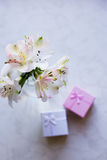 Bello mazzo tenero di Alstroemeria con due contenitori di regalo Fotografie Stock Libere da Diritti