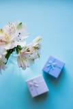 Bello mazzo tenero di Alstroemeria con due contenitori di regalo Immagini Stock