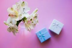 Bello mazzo tenero di Alstroemeria con due contenitori di regalo Fotografie Stock