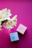 Bello mazzo tenero di Alstroemeria con due contenitori di regalo Fotografia Stock Libera da Diritti