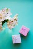 Bello mazzo tenero di Alstroemeria con due contenitori di regalo Fotografia Stock