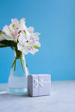Bello mazzo tenero di Alstroemeria con il contenitore di regalo bianco Fotografie Stock