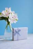 Bello mazzo tenero di Alstroemeria con il contenitore di regalo bianco Immagini Stock Libere da Diritti