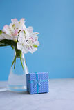 Bello mazzo tenero di Alstroemeria con il contenitore di regalo blu Fotografia Stock Libera da Diritti