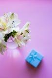 Bello mazzo tenero di Alstroemeria con il contenitore di regalo blu Immagini Stock
