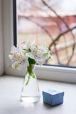 Bello mazzo tenero di Alstroemeria con il contenitore di regalo blu vicino Fotografie Stock
