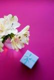 Bello mazzo tenero di Alstroemeria con il contenitore di regalo del bkue Fotografia Stock