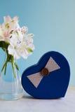 Bello mazzo tenero di Alstroemeria con il contenitore di regalo nella forma Fotografie Stock Libere da Diritti