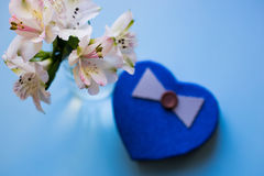 Bello mazzo tenero di Alstroemeria con il contenitore di regalo nella forma Fotografia Stock