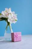 Bello mazzo tenero di Alstroemeria con il contenitore di regalo rosa Immagine Stock Libera da Diritti