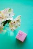 Bello mazzo tenero di Alstroemeria con il contenitore di regalo rosa Fotografia Stock Libera da Diritti
