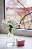 Bello mazzo tenero di Alstroemeria con il contenitore di regalo rosa vicino Fotografia Stock Libera da Diritti