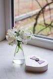 Bello mazzo tenero di Alstroemeria con il contenitore di regalo vicino a vento Fotografie Stock Libere da Diritti