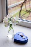 Bello mazzo tenero di Alstroemeria con il contenitore di regalo vicino a vento Fotografie Stock