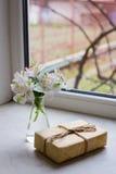 Bello mazzo tenero di Alstroemeria con il nea avvolto del pacchetto Fotografie Stock