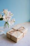 Bello mazzo tenero di Alstroemeria con il pacchetto Fotografie Stock Libere da Diritti
