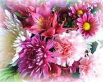 Bello mazzo variopinto dei fiori di primavera con il bordo molle intorno al confine fotografia stock