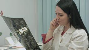 Bello medico femminile che parla sul cellulare all'ospedale moderno all'interno fotografia stock libera da diritti