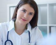 Bello medico femminile della medicina che ascolta reclami con attenzione pazienti Concetto di assicurazione o di assistenza medic fotografia stock