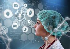 Bello medico femminile ed il computer virtuale collegano nell'illustrazione 3D Fotografia Stock