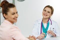 Bello medico femminile sorridente della medicina Fotografia Stock Libera da Diritti
